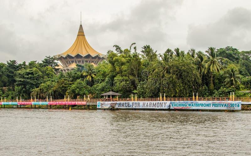 Edificio de Kuching, de Malasia, del parlamento y lanchas bajo regata del festival del agua imagenes de archivo