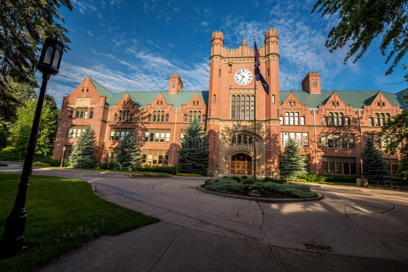 Edificio de la administración de la universidad con las nubes foto de archivo