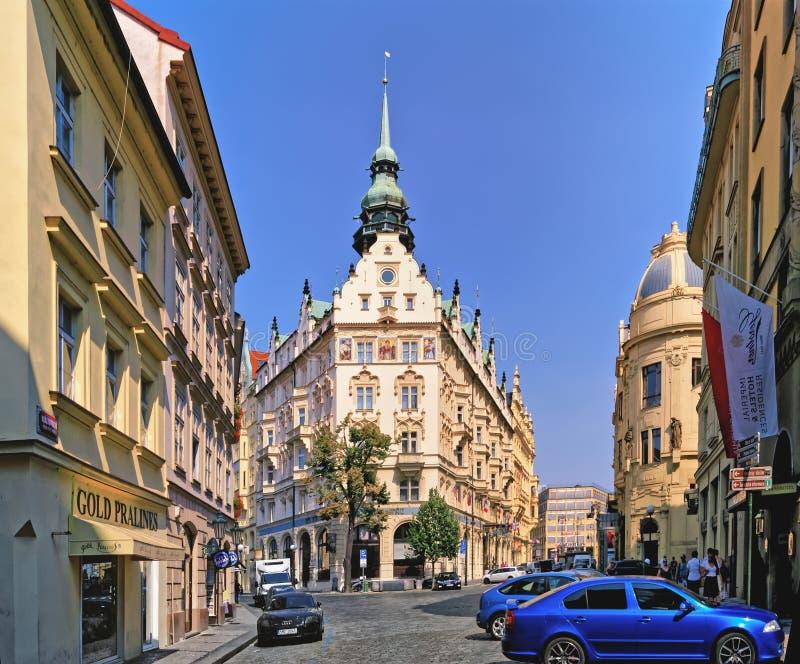 Edificio de la arquitectura hermosa en los cruces de la calle de la calle de Kralodvorska y del domu de U Obecniho Praga, Repúbli foto de archivo