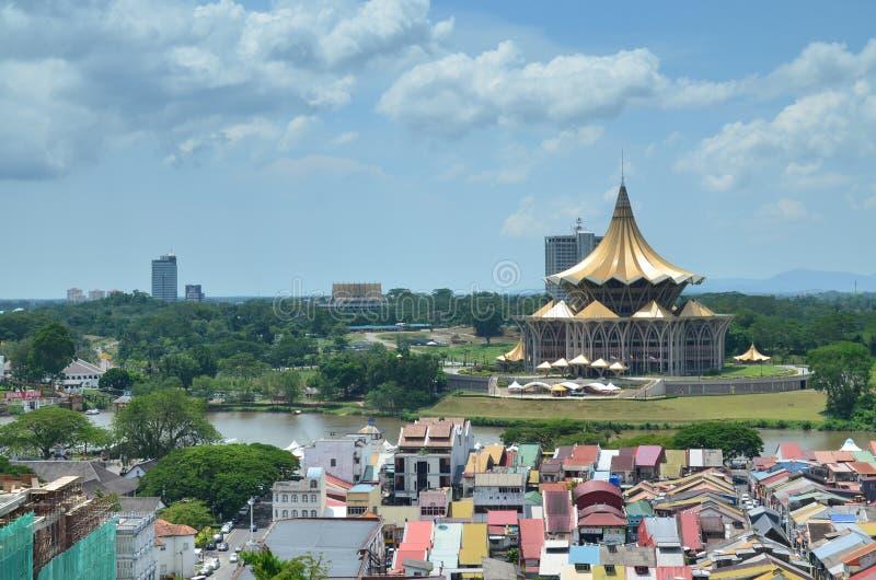 Edificio de la asamblea legislativa del estado de Sarawak y los edificios circundantes imagen de archivo libre de regalías