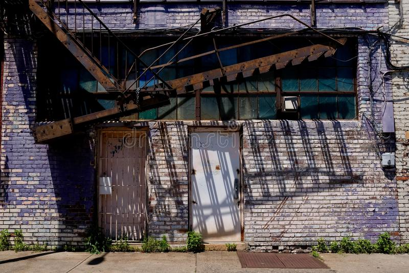 Edificio de la decadencia urbana con la salida de incendios fotografía de archivo