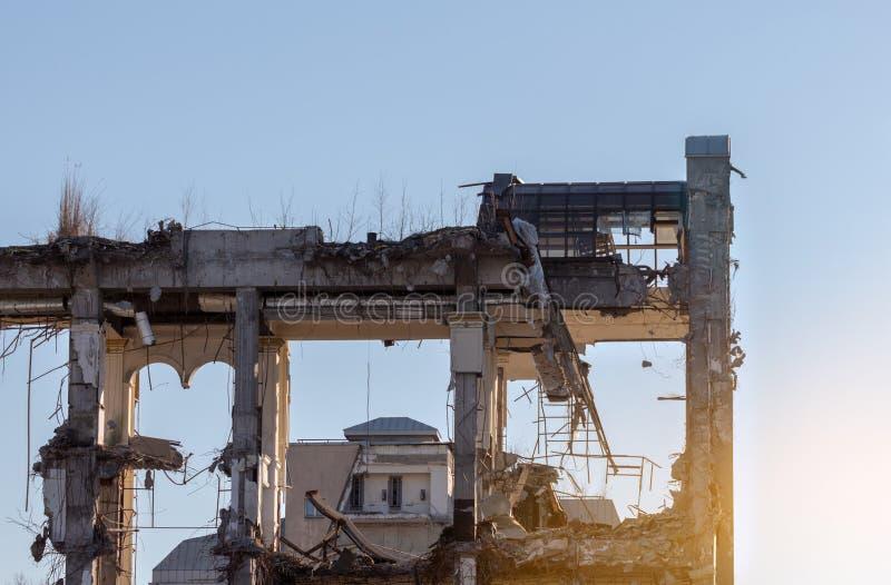 Edificio de la demolición - esqueleto de un hotel de cinco estrellas imágenes de archivo libres de regalías