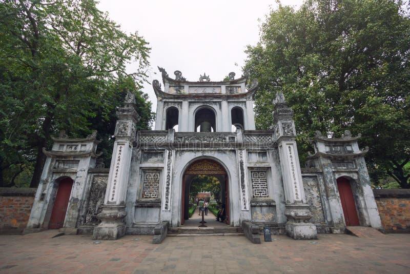 Edificio de la entrada principal del templo de la literatura - universidad nacional del ` s primer de Vietnam construida en 1070, imagen de archivo