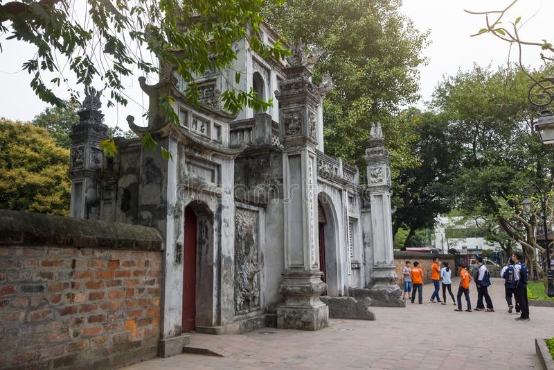 Edificio de la entrada principal del templo de la universidad nacional del ` s primer de Vietnam de la literatura construida en 1 imagen de archivo