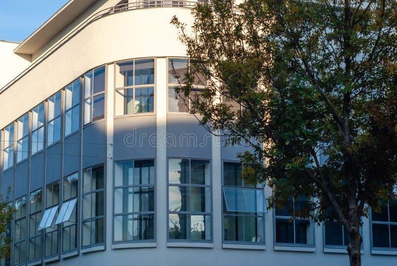 Edificio de la esquina curvado imagenes de archivo