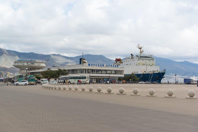 Edificio de la estación marina de la ciudad de Novorossiysk y de la administración de los puertos marítimos del Mar Negro en la c fotos de archivo