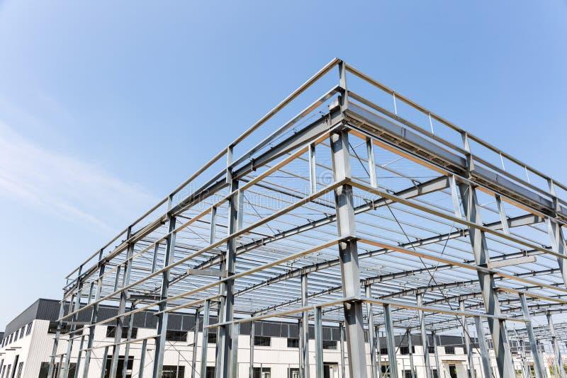 Edificio de la fábrica de la estructura de acero bajo construcción imágenes de archivo libres de regalías