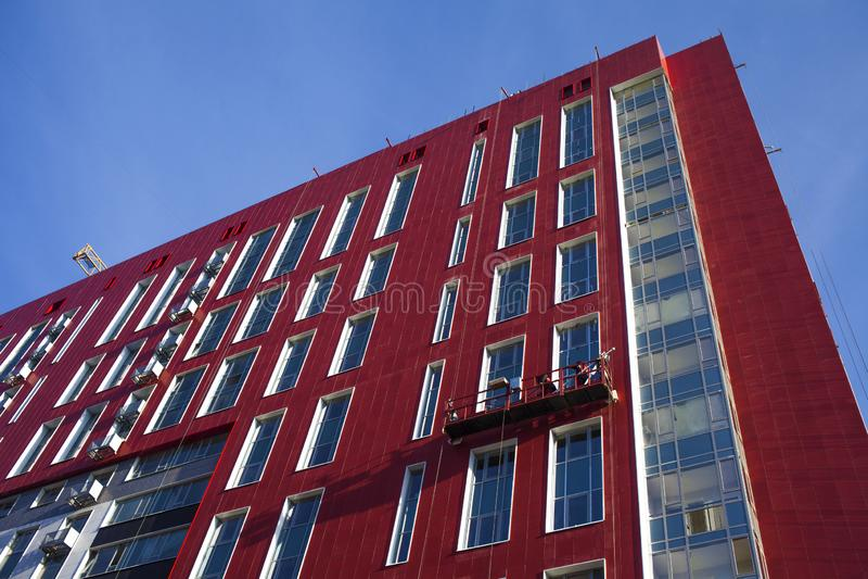 Edificio de la fachada con las ventanas foto de archivo libre de regalías