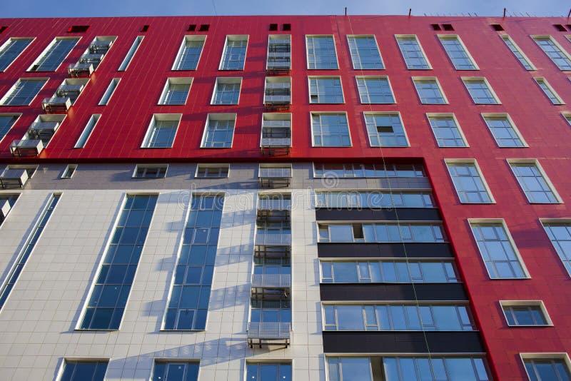 Edificio de la fachada con las ventanas fotografía de archivo libre de regalías