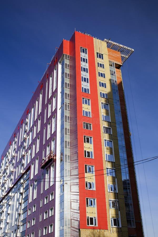Edificio de la fachada con las ventanas fotografía de archivo