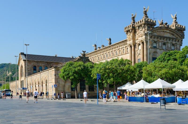 Edificio de la institución municipal en la zona portuaria de Barcelona, España imagen de archivo