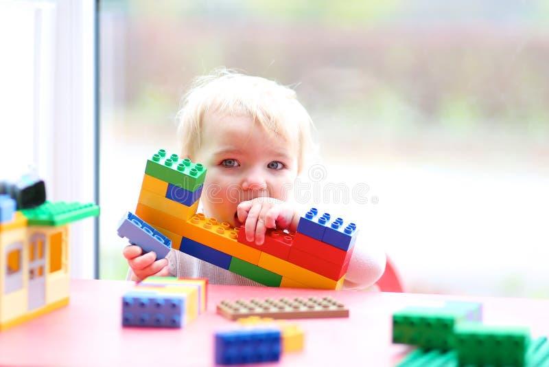 Edificio de la muchacha del preescolar de ladrillos plásticos fotografía de archivo