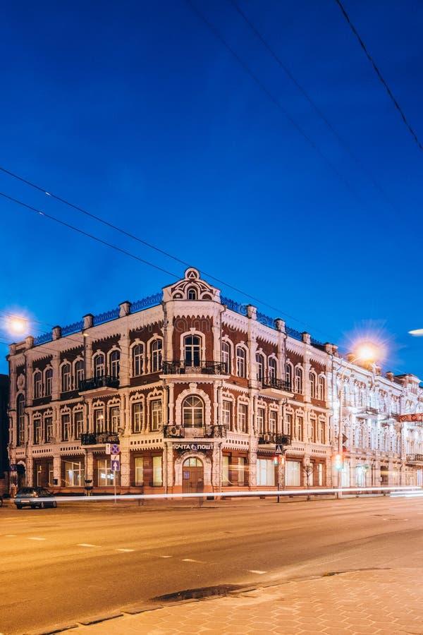 Edificio de la oficina de correos debajo de los cielos azules en la noche Gomel, Bielorrusia imagenes de archivo