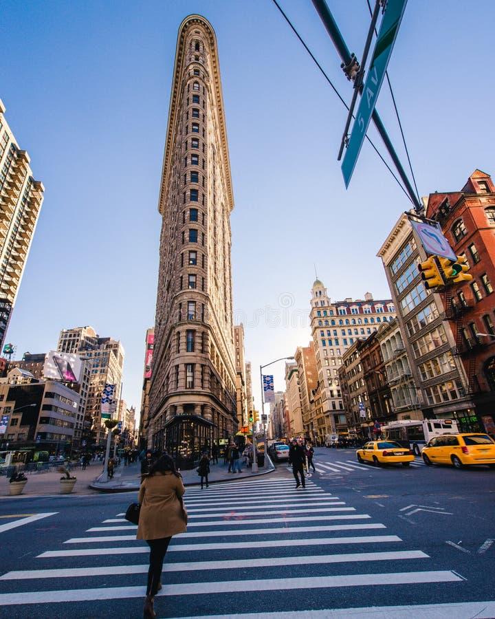 Edificio de la plancha en la puesta del sol en Manhattan, Nueva York fotos de archivo