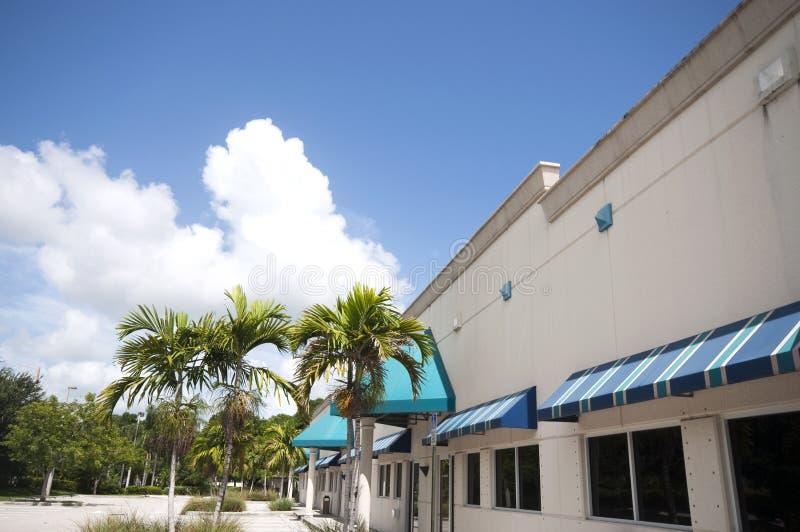 Edificio de la tira de compras fotos de archivo