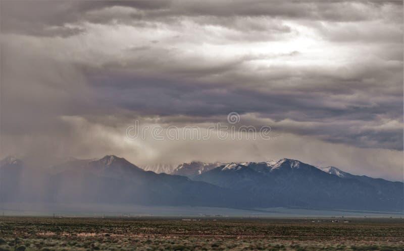 Edificio de la tormenta cerca de Salida, Colorado imagenes de archivo