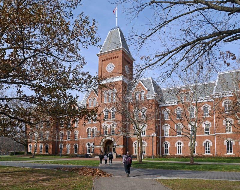 Edificio de la universidad en caída imagen de archivo