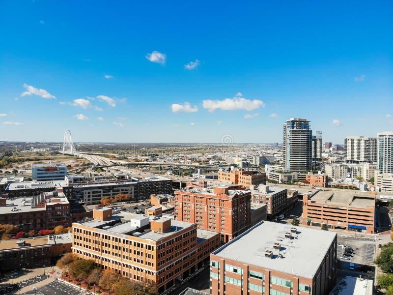 Edificio de la visión superior y red de carreteras de Dallas de la parte alta con Marga imágenes de archivo libres de regalías