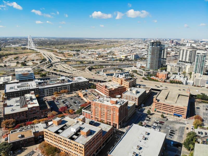 Edificio de la visión superior y red de carreteras de Dallas de la parte alta con Marga foto de archivo
