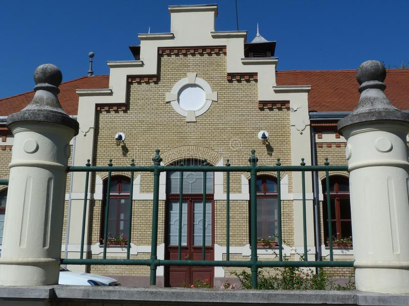 Edificio de ladrillo amarillo ecléctico de una sola planta del estilo con el tejado de la arcilla roja foto de archivo libre de regalías