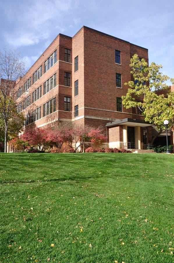 Edificio de ladrillo en campus universitario imagenes de archivo