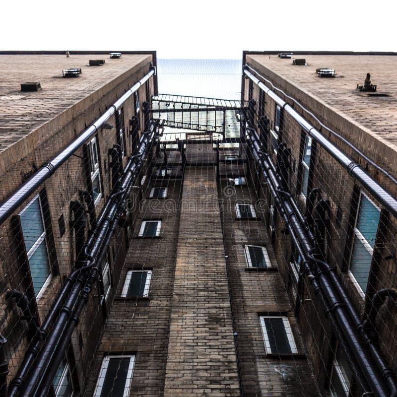 Edificio de ladrillo mirado de la tierra fotos de archivo