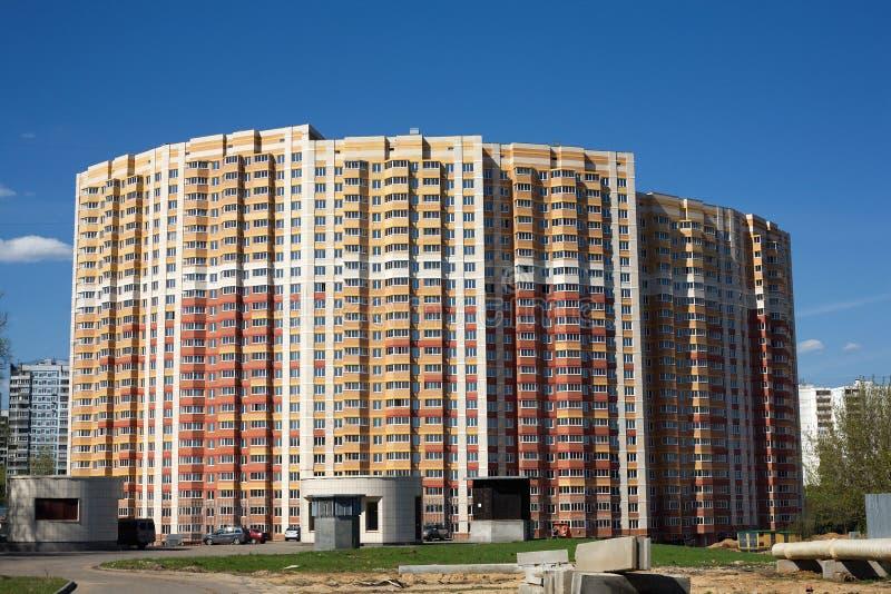 Edificio de ladrillo residencial de varios pisos de la vista delantera imagen de archivo libre de regalías