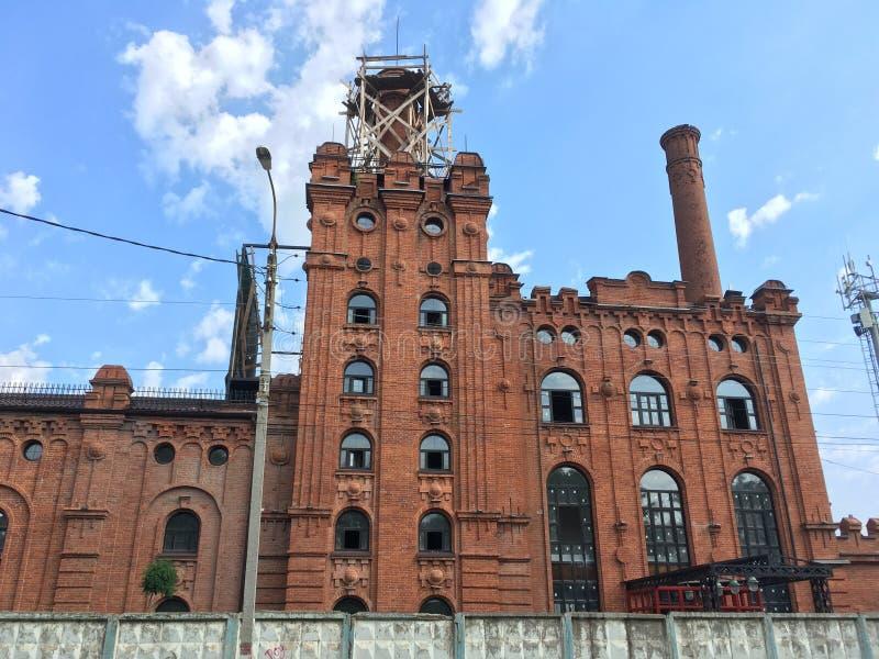 Edificio de ladrillo rojo viejo de la maltería en la cervecería de Maikop imagenes de archivo