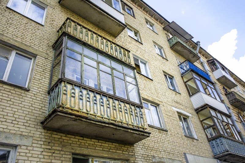 Edificio de ladrillo soviético viejo del estilo imagenes de archivo