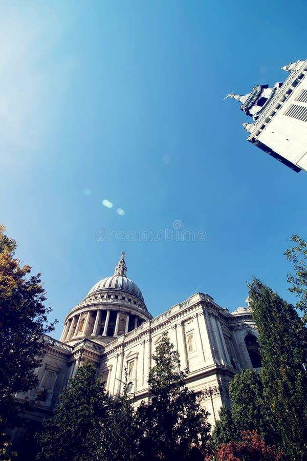 Edificio de Londres con la naturaleza fotografía de archivo libre de regalías