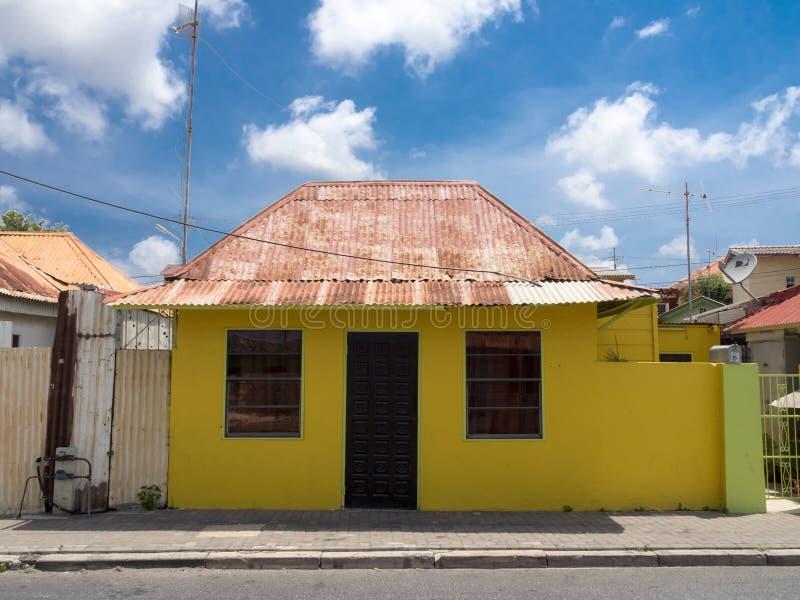 Edificio de madera amarillo de Scharloo fotos de archivo