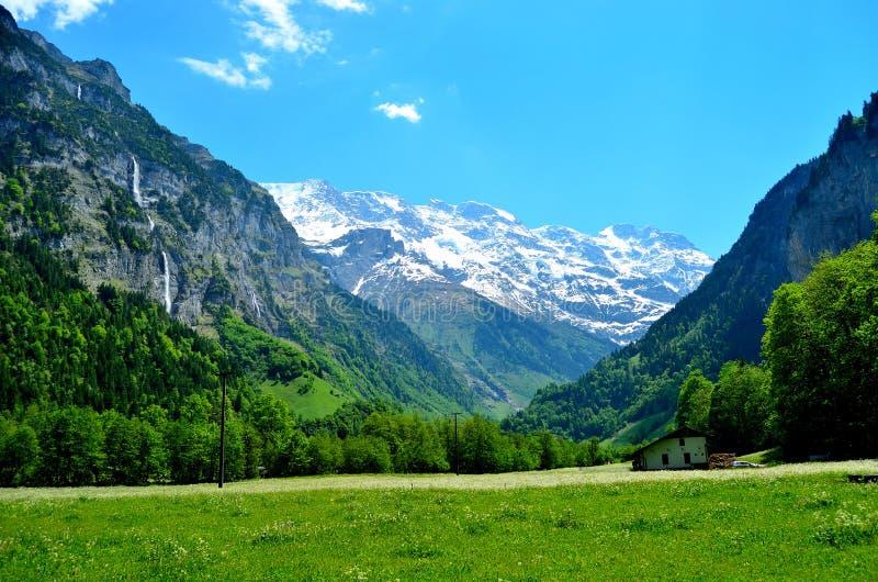 Edificio de madera debajo de las montañas suizas imágenes de archivo libres de regalías