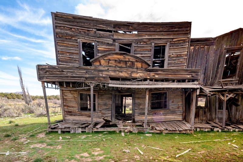 Edificio de madera en una ciudad del oeste silvestre que empieza a caer fotografía de archivo
