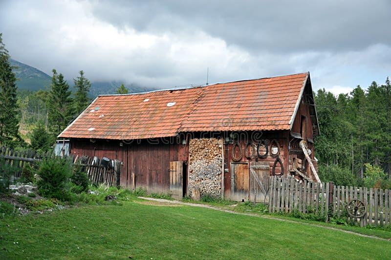Edificio de madera tradicional en montañas imagenes de archivo