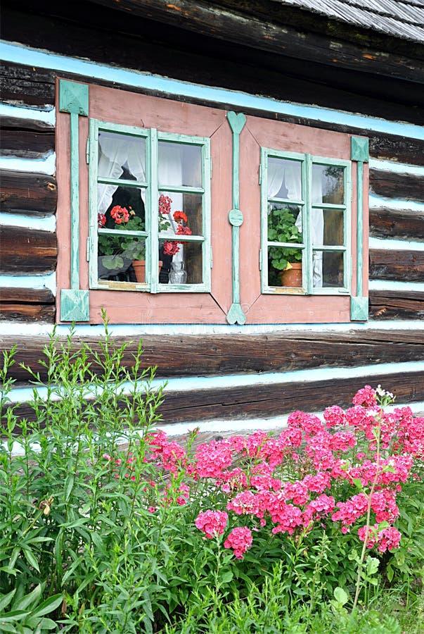 Edificio de madera tradicional y un jardín imagenes de archivo