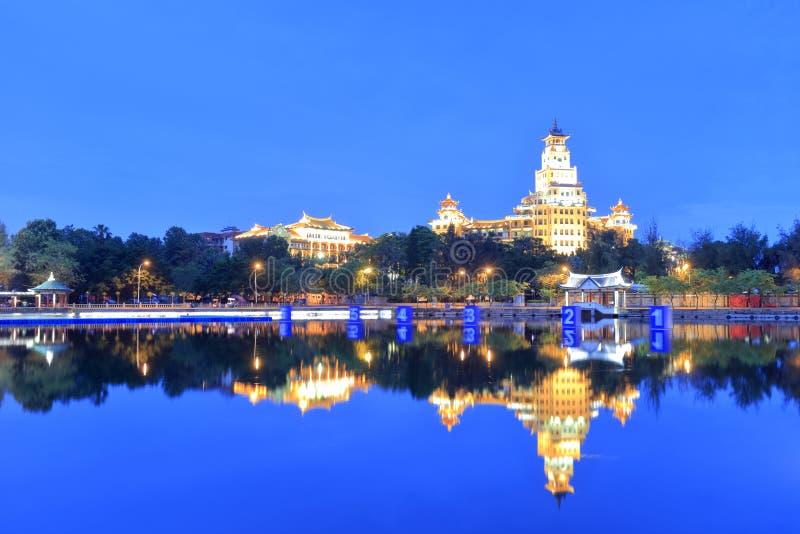 Edificio de Nanxun por la opinión de la noche de la orilla del lago imagen de archivo libre de regalías