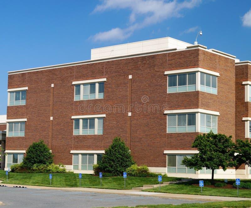 Edificio de oficinas americano suburbano moderno imágenes de archivo libres de regalías