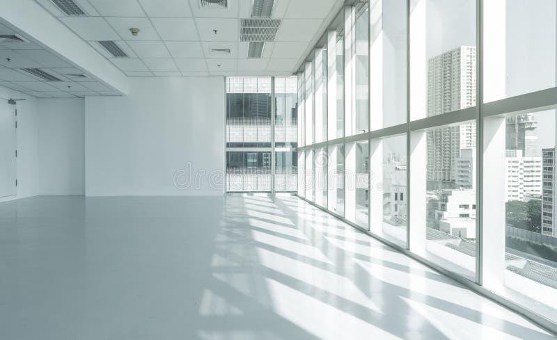 Edificio de oficinas brillante de la pared de cristal con la opinión de la ciudad fotografía de archivo libre de regalías