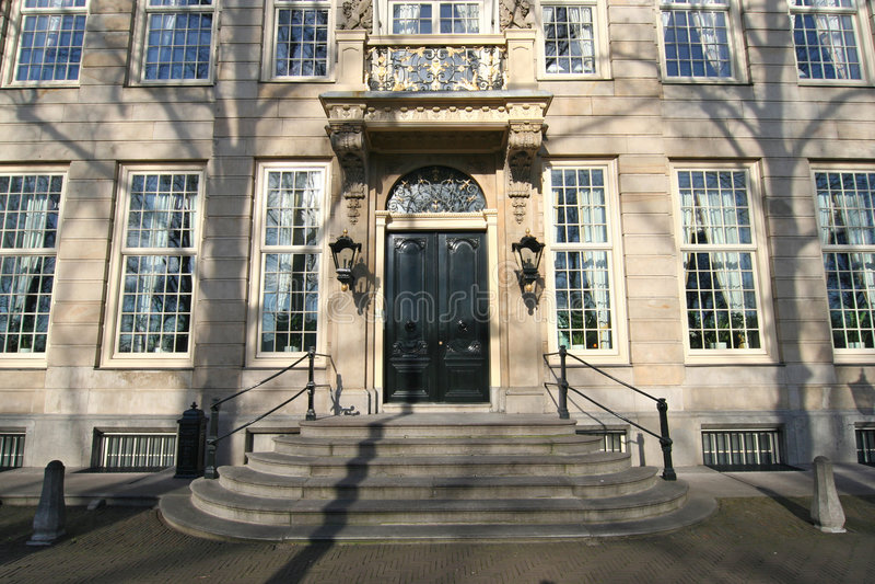 Edificio de oficinas clásico fotos de archivo