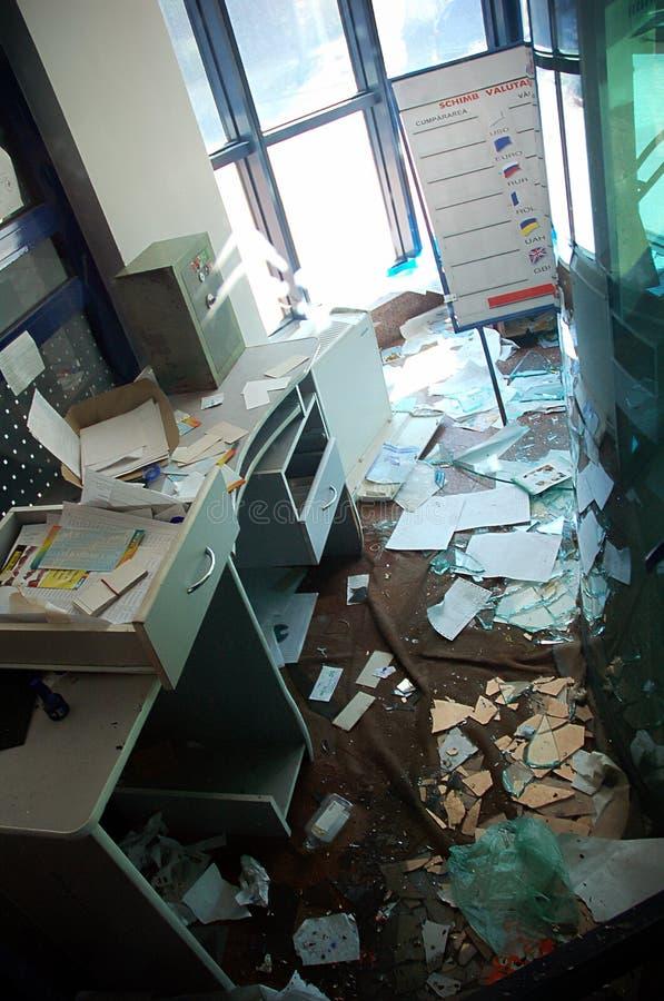 Edificio de oficinas con hojas imagen de archivo