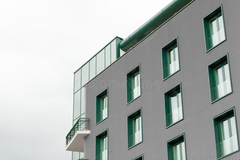 Edificio de oficinas con las ventanas verdes fotografía de archivo libre de regalías