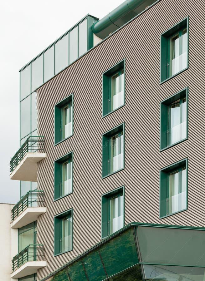 Edificio de oficinas con las ventanas verdes imagenes de archivo