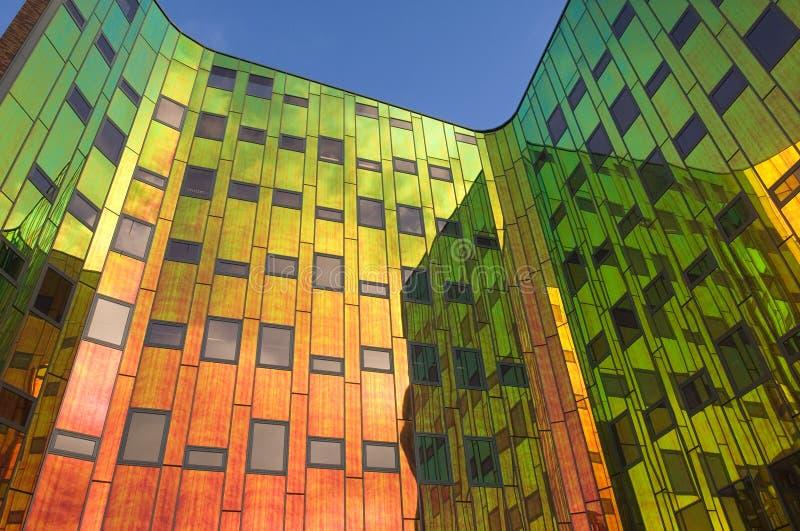 Edificio de oficinas con todos los colores del arco iris imágenes de archivo libres de regalías
