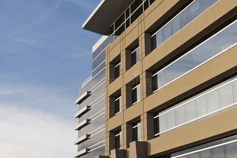 Edificio de oficinas contemporáneo con la fachada de piedra fotos de archivo