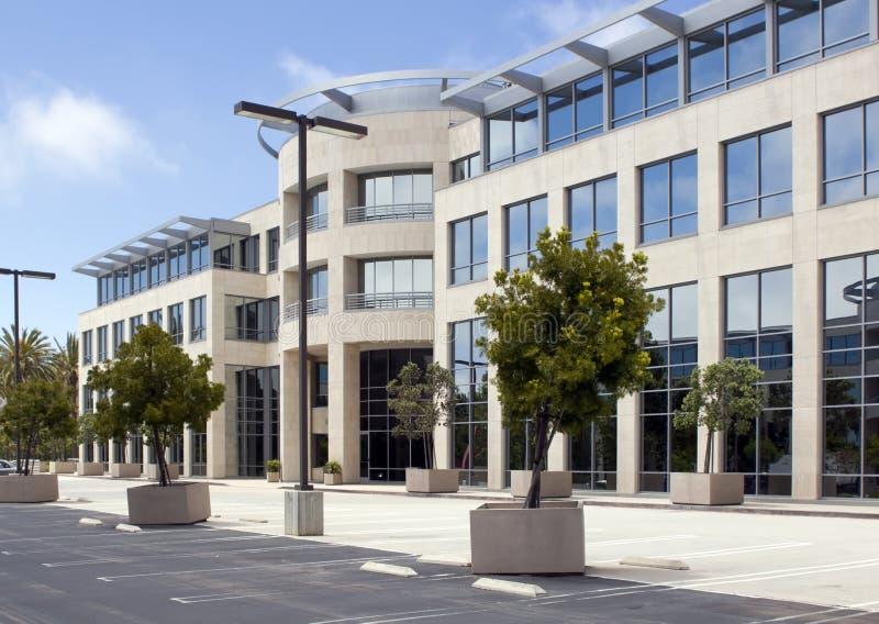 Edificio de oficinas corporativo moderno imagen de archivo libre de regalías