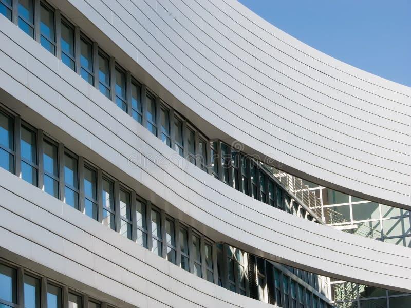 Edificio de oficinas curvado imagenes de archivo
