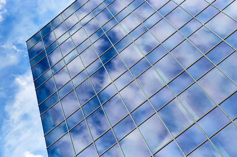 Edificio de oficinas de cristal y cielo azul fotos de archivo