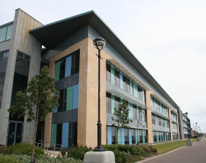 Edificio de oficinas de la subida inferior imagen de archivo