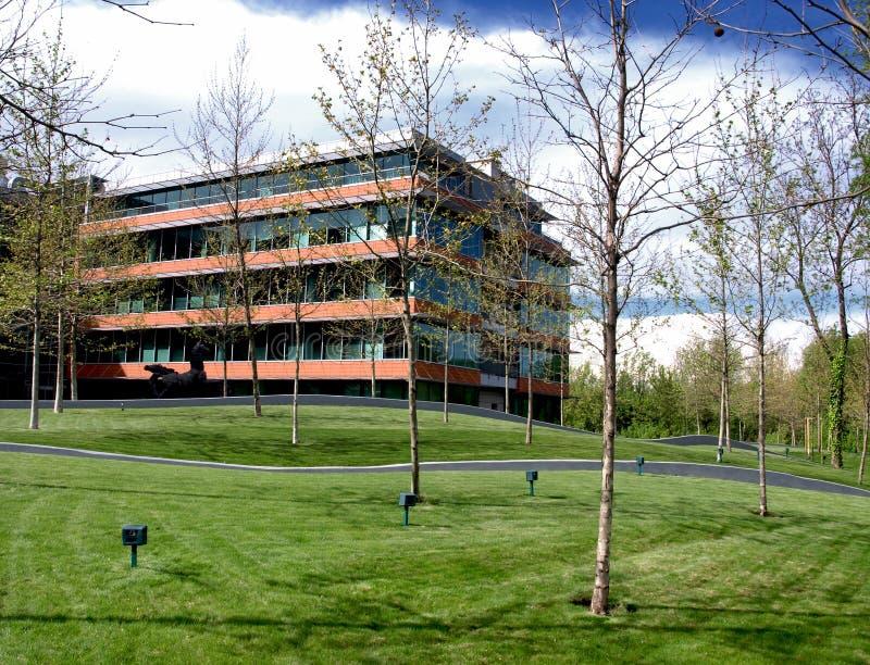 Edificio de oficinas ecológico imagenes de archivo