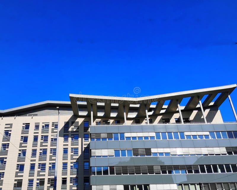Edificio de oficinas en Budapest con la sombra asimétrica interesante del sol fotos de archivo libres de regalías